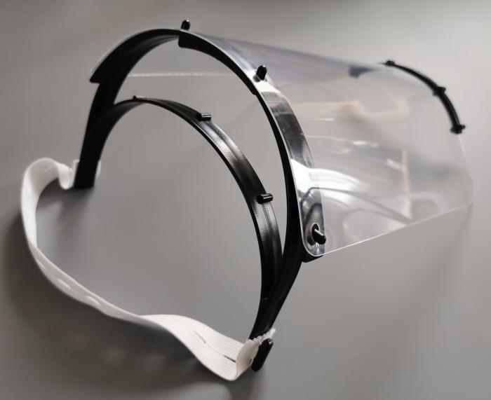 Visir i sort og gennemsigtigt plastisk med hvidt gummibånd set fra siden